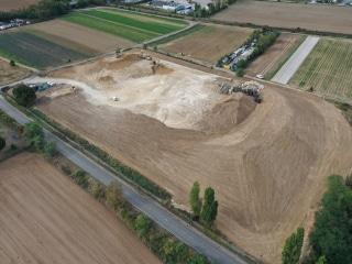 Vue aérienne du chantier, au mois d'août, en attente du placement des agrées